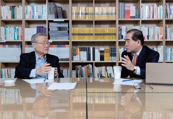 """라종일 교수(왼쪽)와 태영호 전 공사는 '회담의 결렬은 필연적이었지만 북한이 완전히 판을 깨진 않을 것""""이라고 내다봤다. / 사진:김현동 기자"""