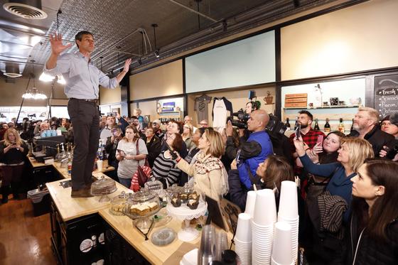 오루크 전 하원의원이 14일 아이오와주 벌링턴에서 탁자 위에 올라 주민들에게 연설하고 있다. [AP=연합뉴스]