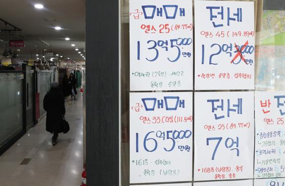 매매가 위축된 가운데 지난 1월 증여거래 건수는 통계 집계 이래 최대치를 기록했다. [연합뉴스]