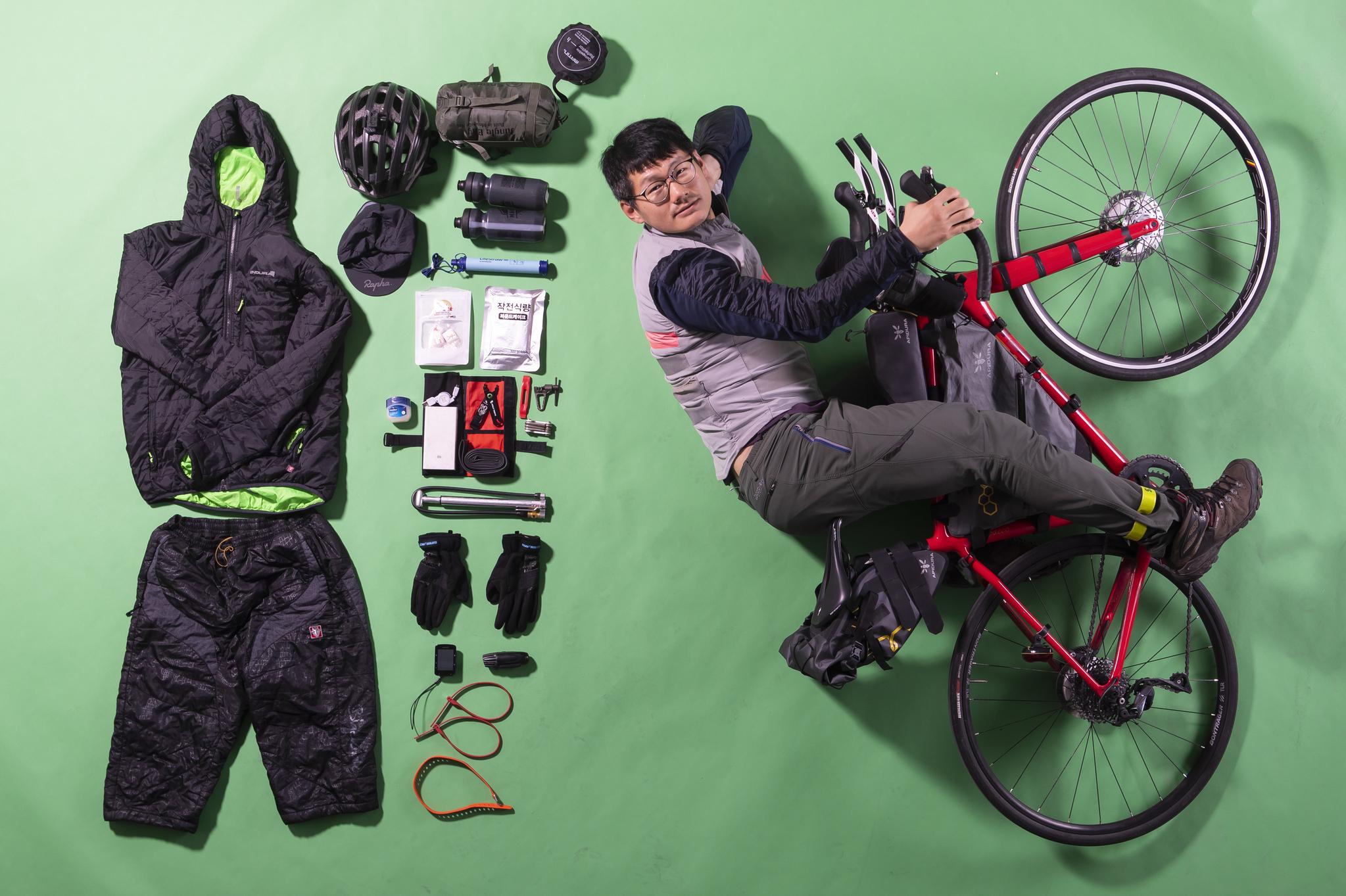 장거리를 자전거로 달리는 란도너 박종하 씨가 대회 참가용 자전거, 휴대 물품과 함께 누웠다. 권혁재 사진전문기자