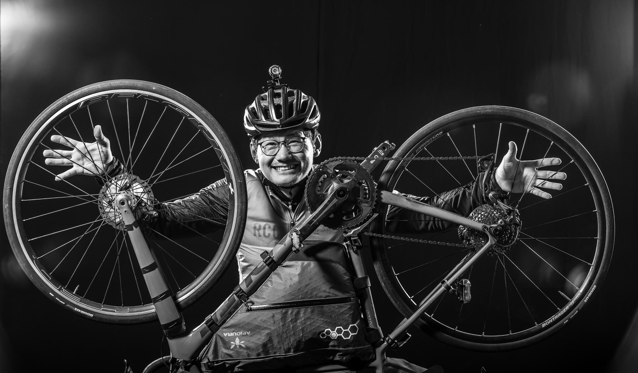 그에게 자전거 두바퀴는 삶이며 꿈이다.