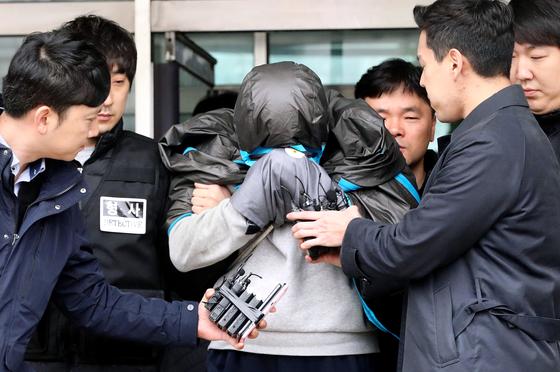 이희진 씨의 부모 살해 피의자 김 모 씨가 지난 20일 영장실질심사를 받기 위해 안양 동안경찰서를 나서고 있다. [뉴스1]