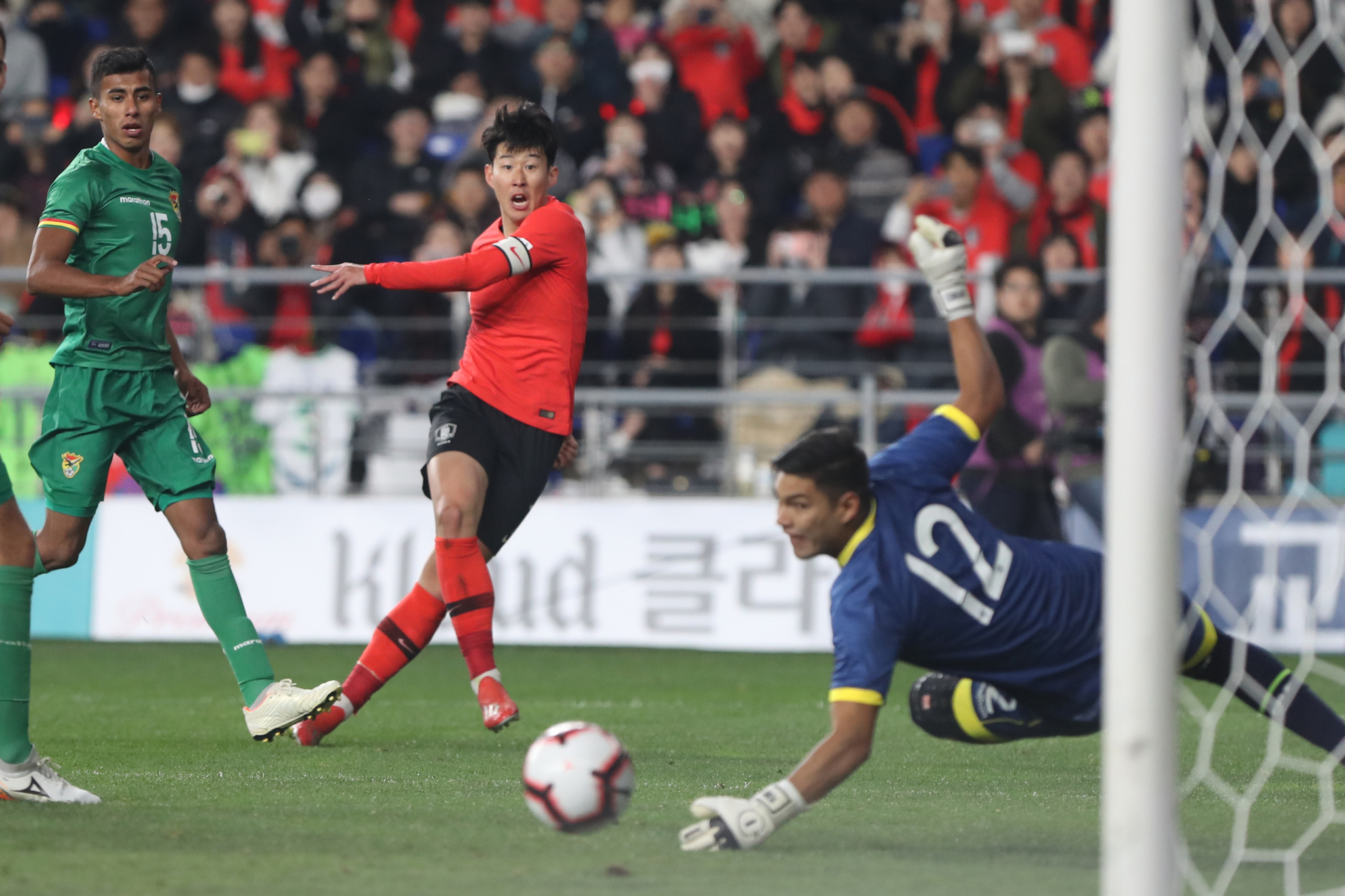 손흥민이 강슛을 했지만 공은 골대를 살짝 빗나갔다. [연합뉴스]