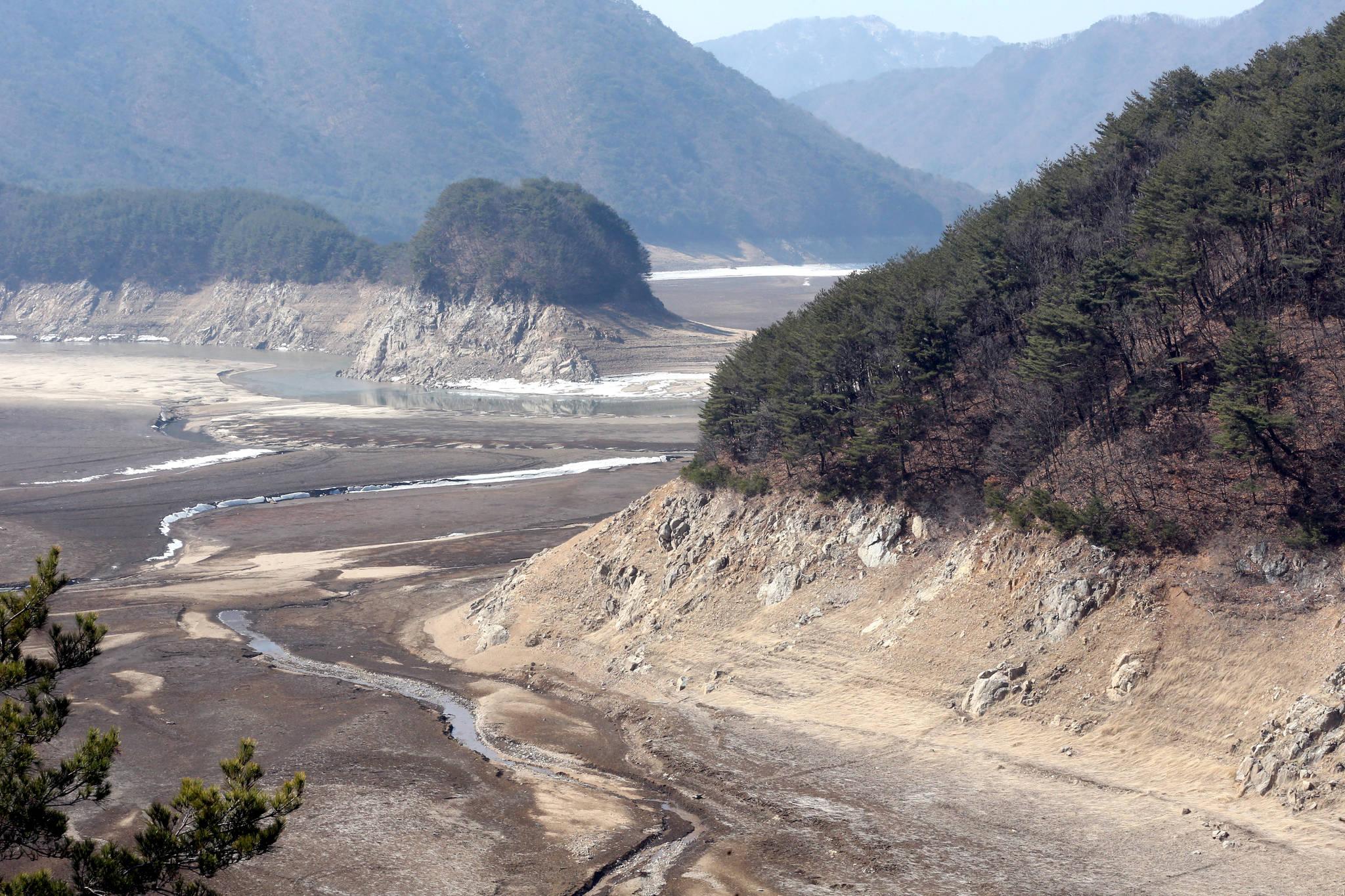 2015년 3월 극심한 봄 가뭄으로 바닥을 드러낸 소양댐 상류. [중앙포토]
