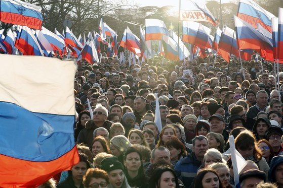 지난해 3월 크림반도 세바스토폴 에서 열린 크림반도 합병 4주년 기념 행사에서 푸틴 대통령의 연설에 환호하는 시민들. [EPA]