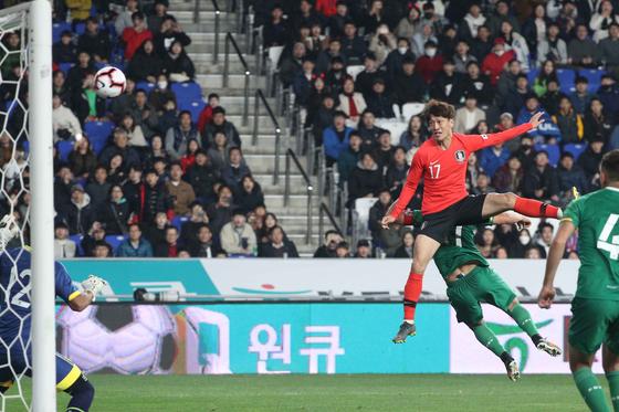 이청용이 22일 오후 울산 문수축구경기장에서 열린 대한민국 축구 대표팀과 볼리비아 대표팀의 평가전에서 헤딩슛으로 득점하고 있다. [뉴스1]