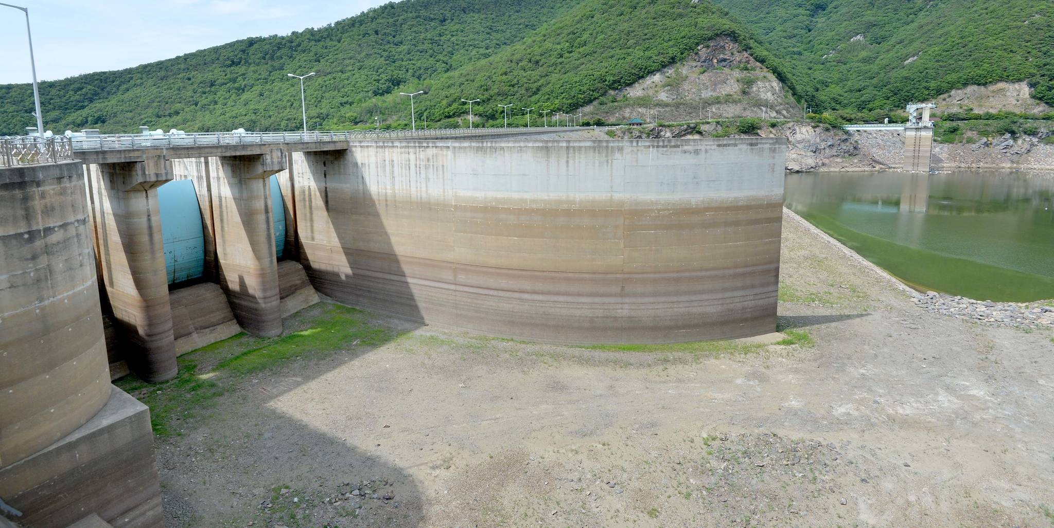 2017년 5월 가뭄으로 댐 수문이 드러난 충남 보령댐. [중앙포토]