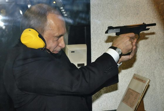 푸틴은 과거 소련 국가보안위원회(KGB) 요원으로 독일에서 근무한 적이 있으며, 그 후신인 러시아 연방보안국(FSB) 국장을 지냈다. [모스크바 로이터=뉴시스]