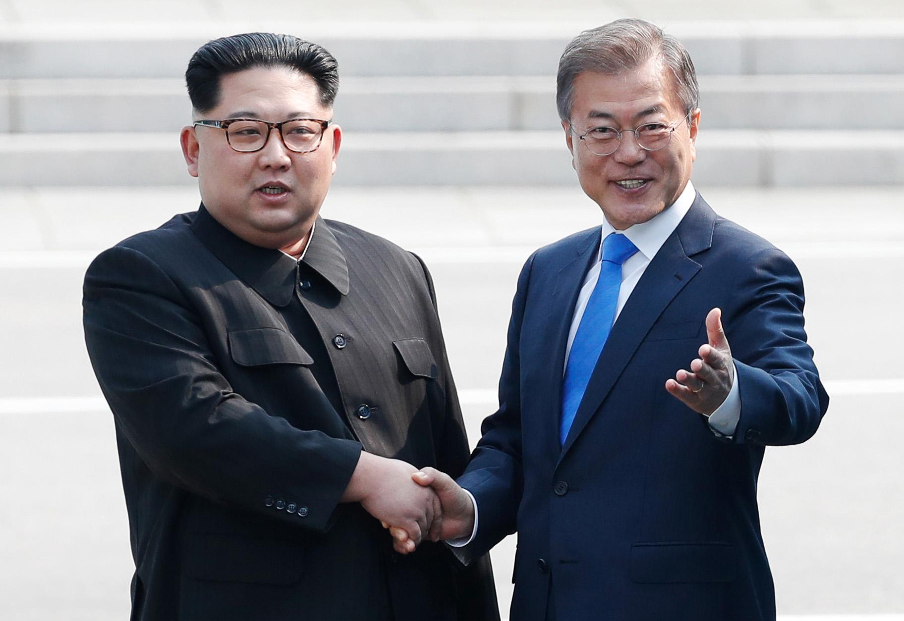 남북정상회담이 열린 지난해 4월 27일 판문점에서 문재인 대통령이 북한 김정은 국무위원장의 손을 잡고 군사분계선(MDL)을 넘어 북측으로 향하고 있다. [한국공동사진기자단]