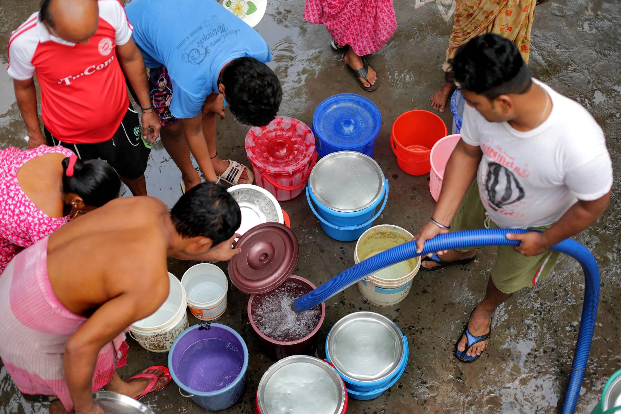 인도 콜카타 지역 빈민촌에서 수돗물을 공급받기 위해 주민들이 물통을 가져다 놓은 모습. [EPA=연합뉴스]