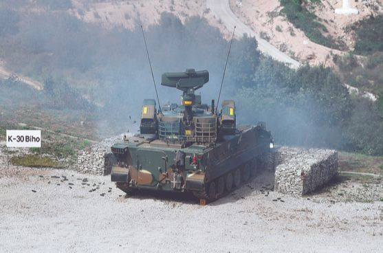 2018 대한민국방위산업전(DX Korea 2018) 의 일환으로 육군 기동화력시범이 열린 경기도 포천 승진훈련장에서 K-30 비호가 사격시범을 보이고 있다. [뉴시스]