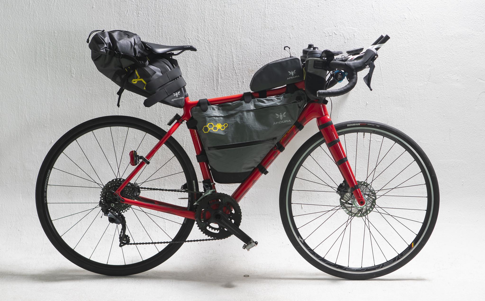장거리 대회 참가를 위한 필요 물품이 장착된 자전거. 이 상태로 10여일 동안 달리기도 한다.