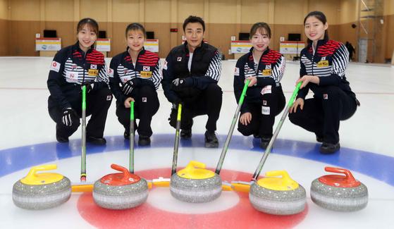 왼쪽부터 컬링국가대표 김민지, 김수진, 이승준 코치, 김혜린, 양태이 선수. 김상선 기자
