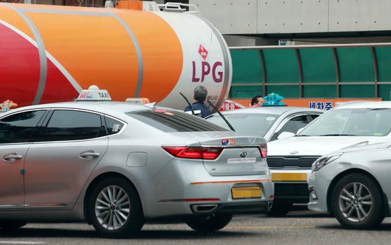 12일 서울 시내 한 액화석유가스(LPG) 충전소에서 택시들이 LPG 충전을 대기하고 있다. [연합뉴스]