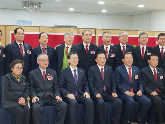 무공수훈자회 중앙회 관계자들과 기념사진을 찍는 정성호 의원. 현일훈 기자