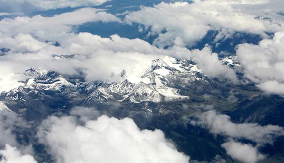 청두에서 라싸로 가는 비행기에서 본 티벳의 눈덮힌 산의 모습. [중앙포토]