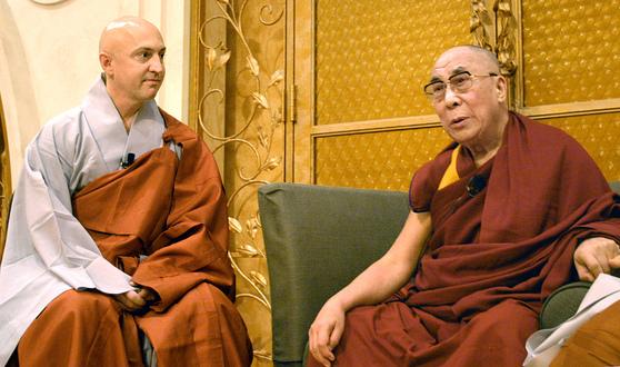 일본을 방문한 티베트의 달라이 라마 14세(오른쪽)가 현각 스님과 이야기를 나누고 있다. [중앙포토]