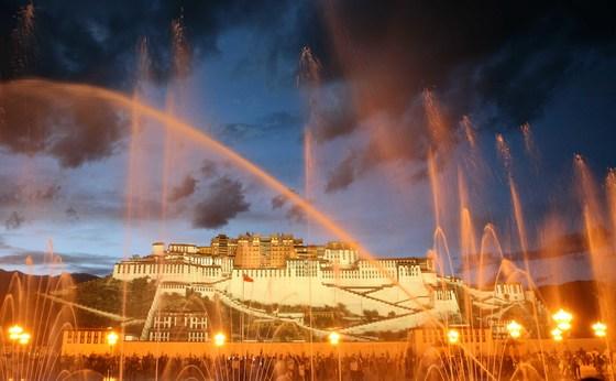 건물 자체가 거대한 예술작품인 티베트 라싸의 포탈라궁. 어둠과 함께 조명이 드리우면 궁 앞에 광장에서는 분수 쇼가 펼쳐지고 포탈라궁은 또 다른 예술작품으로 변신한다. 한족들이 몰려오면서 티베트는 관광산업이 붐이다.[중앙포토]