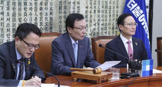 이해찬 더불어민주당 대표(가운데)가 22일 오전 국회에서 열린 최고위원회의에서 모두발언을 하고 있다. 임현동 기자