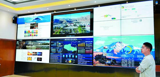 티베트 시짱대학의 빅데이터 센터. 티베트를 찾은 여행객의 상황을 실시간으로 보여준다. [중앙포토]