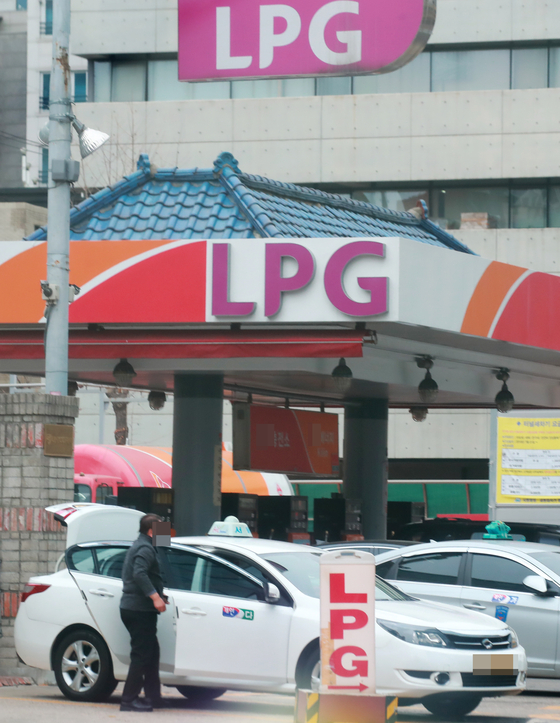 일반인도 제한없이 LPG 차량을 구매할 수 있지만 LPG 충전소는 여전히 부족하다. 지난 12일 서울 시내 한 LPG 충전소에서 택시들이 LPG 충전 순서를 기다리고 있다.   [연합뉴스]
