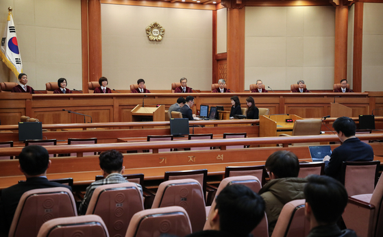 지난 2월 유남석 헌법재판소장을 비롯한 헌법재판관들이 서울 종로구 헌법재판소 대심판정에 입장한 뒤 재판을 시작하고 있다. [연합뉴스]