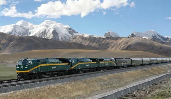 2006년 개통한 칭짱철도를 달리는 열차. 배경으로 티베트의 설산이 보인다. [중앙포토]