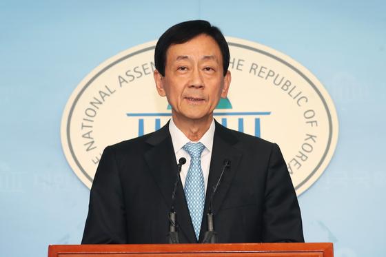 지난 8일 행정안전부 장관 후보자로 내정된 진영 더불어민주당 의원이 서울 여의도 국회 정론관에서 기자회견을 갖고 소감을 밝히고 있다. [뉴스1]