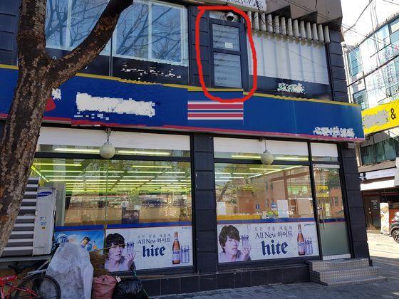 청주 청주시 사창동에 있는 한 노래방. 2층 외벽에 비상구가 설치돼 있지만 내외부에 난간이나 추락방지용 시설이 없다. 최종권 기자