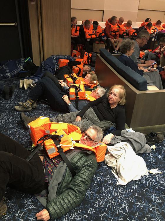 23일 엔진 고장으로 노르웨이 서쪽 해역에서 표류한 바이킹스카이호 승객들이 구조를 기다리고 있다. [AP=연합뉴스]