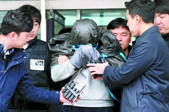 '청담동 주식부자' 이희진씨의 부모 살인사건 피의자 김모(34)씨가 지난 20일 오전 경기도 안양 동안경찰서에서 강도살인 혐의에 대한 영장실질심사를 위해 호송되고 있다. [뉴스1]