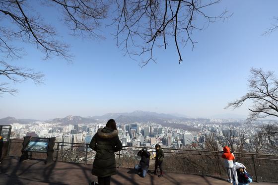 미세먼지 농도가 보통을 기록한 지난 22일 서울 남산공원에서 바라본 서울 도심이 비교적 맑은 모습을 보이고 있다. [연합뉴스]