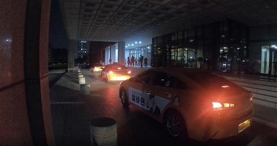 14일 오후 10시에 서울 중앙지검 직원들이 퇴근하기 위해 택시를 잡고 있다. 김민상 기자