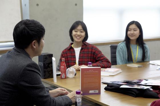 (가운데)김나연 학생기자, 진효원 학생모델이 (왼쪽)유성운 작가의 설명을 듣고 있다.