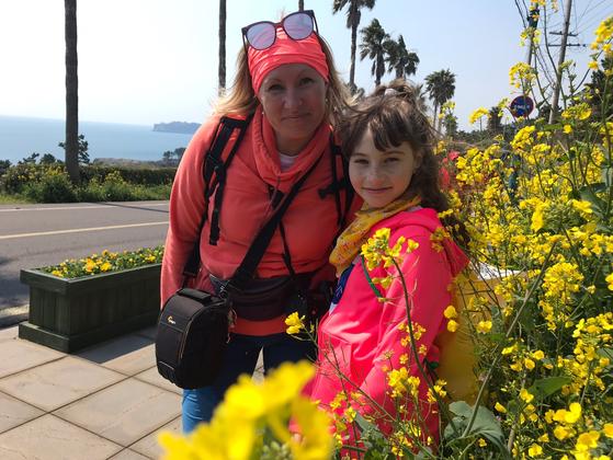 지난 23일 2019 제주 유채꽃 걷기대회에 참가한 러시아 참가자들. 이들은 노란 유채꽃이 만개한 제주의 풍광을 보며 연신 환상적이라는 감탄을 쏟아냈다. 최충일 기자