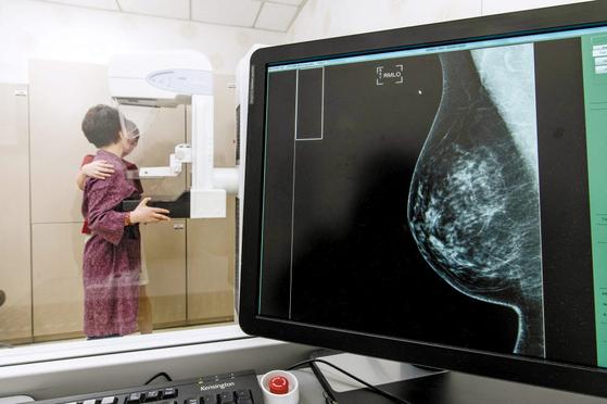 우리나라는 유방암 조기 진단을 위해 40세 이상 여성에게 유방촬영 검사를 권고하지만 일각에서는 과잉 진단 우려를 제기한다. 프리랜서 김동하