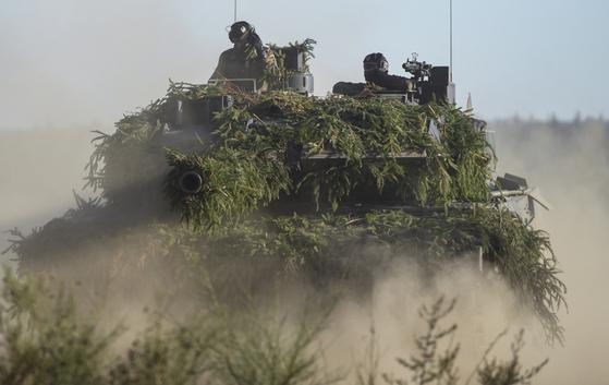 지난해 12월 연례 지상군 훈련에 참여한 레오파르트 2 독일 육군 전차 [EPA=연합]>