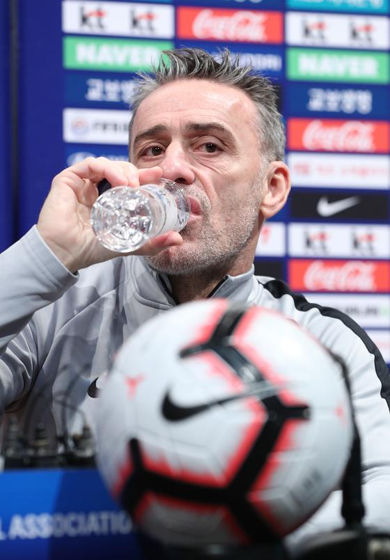 파울루 벤투 대한민국 축구 국가대표팀 감독이 25일 파주 NFC에서 콜롬비아와 평가전을 앞두고 기자회견을 하고 있다. [뉴스1]