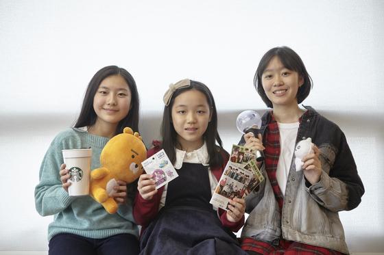 (왼쪽부터)진효원 학생모델, 이은채·김나연 학생기자가 각자 준비한 굿즈를 들어 보였다.
