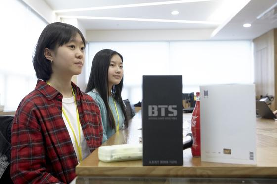 (왼쪽부터)김나연 학생기자, 진효원 학생모델이 유성운 작가의 설명을 듣고 있다.