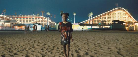 1986년의 어린 애들레이드(매디슨 커리). 스필버그 영화 '죠스' 티셔츠 위에 마이클 잭슨의 '스릴러' 티셔츠를 겹져 입었다. [사진 UPI코리아]