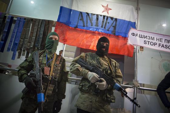 2018년 11월 친 러시아 무장 단체들이 우크라이나 정부 건물을 점거했다. 이들은 사실상 러시아군 소속이거나 러시아군의 지원을 받고 있다. [AP=연합]