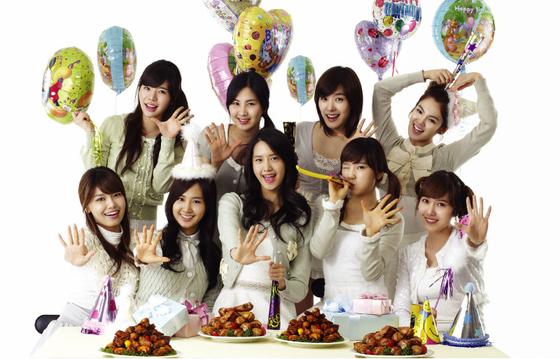 치킨 브랜드 '굽네치킨'은 당대 최고의 걸그룹 소녀시대를 모델로 발탁(2007년), 달력 굿즈(2008 이후)를 배포하면서 가맹점 수, 매출 등에서 폭발적 성장세를 보였다.