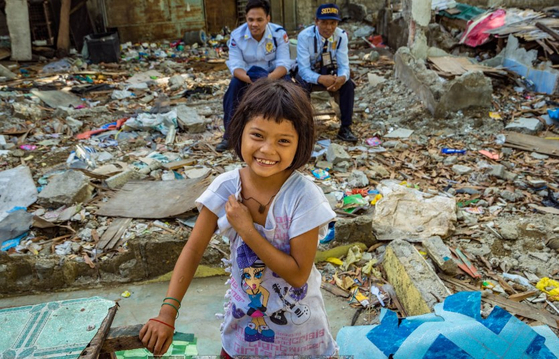 필리핀 세부의 철거민촌에서 살고 있는 컴패션 센터의 어린이. 무단 점유로 강제로 집을 철거 당했다가 재판에 계류되어 이사도 가지 못하고, 부수면 다시 짓기를 반복하고 있는 지역이다. 그래도 아이들은 웃음을 잃지 않고 있다. [사진 한국컴패션 제공]
