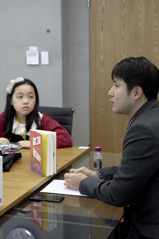 이은채 학생기자(왼쪽)는 BT21 굿즈를 다수 소장하고 있다. 주로 친구들에게 판매 소식을 듣거나 직접 온라인에 검색해 구매할 수 있는 장소를 알아낸다.