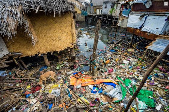 필리핀 수상가옥의 모습. 수상가옥 주변은 쓰레기마을을 방불케 했지만, 이곳에서 만난 어린이의 미소는 귀엽고 아름다웠다. [사진 한국컴패션 제공]