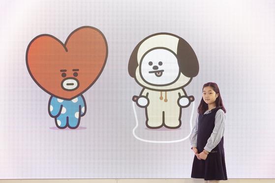 (왼쪽부터)태태, 치미 BT21 캐릭터 영상 앞에 선 맹서후 학생기자. 매장 안에는 BT21 캐릭터 영상이 끊임없이 흘러 나온다.