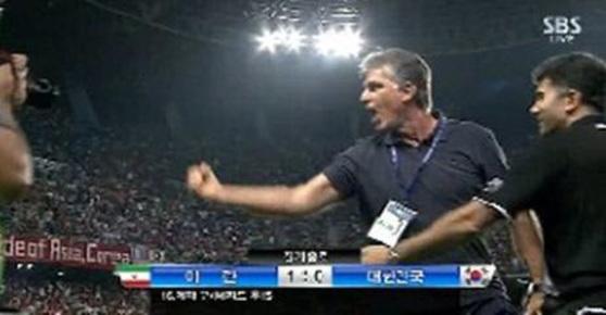 2013년 6월 한국과 경기에서 주먹감자를 날린 케이로스. [SBS 방송 캡처]