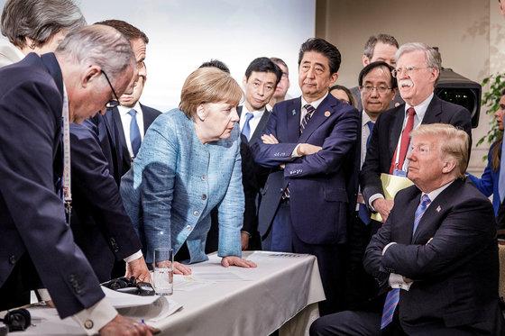 지난해 6월 캐나다 퀘벡에서 열린 G7 정상회담의 분위기를 보여주는 사진. 오른쪽 구석 도널드 트럼프 미국 대토령이 팔장을 끼고 앉아 있는데, 엥겔라 메르켈 독일 총리가 그에게 얘기를 걸고 있다. 에마뉘엘 마크롱 프랑스 대통령와 테레사 메이 영국 총리는 메르켈 총리 왼쪽에 있는데 얼굴이 가려있다. [사진 독일연방정부, AP=연합]