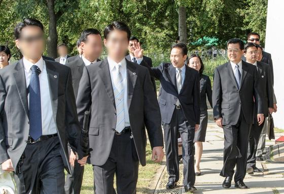 """청와대가 24일 하태경 바른미래당 의원이 최근 문재인 대통령의 대구 칠성시장 방문 당시, 경호원이 기관단총을 들고 있는 모습에 대해 문제제기를 하자 """"세계 어느 나라나 하는 경호의 기본""""이라고 반박하며 과거의 근접경호 사진을 배포했다. 사진은 2008년 8월 26일 서울숲에서 열린 한중청년 대표단 간담회. [사진제공=청와대]"""
